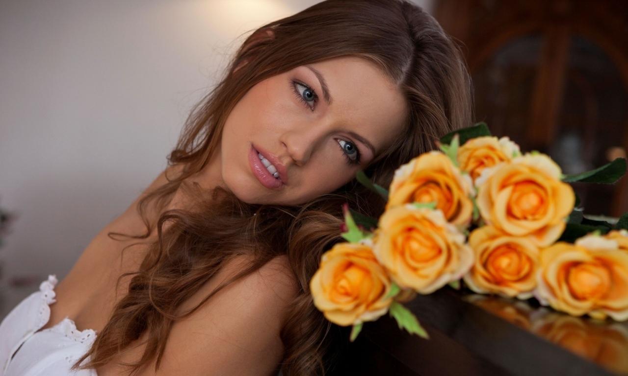 Una hermosa novia con flores - 1280x768