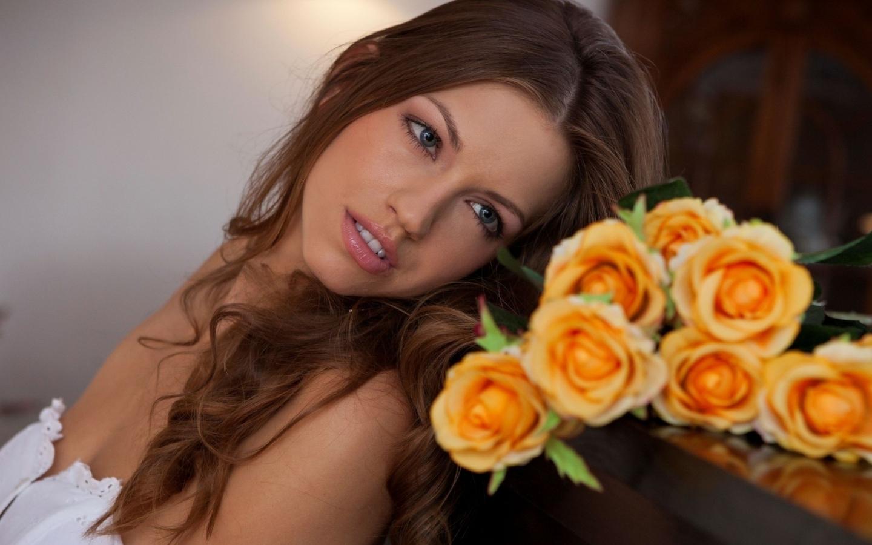 Una hermosa novia con flores - 1440x900