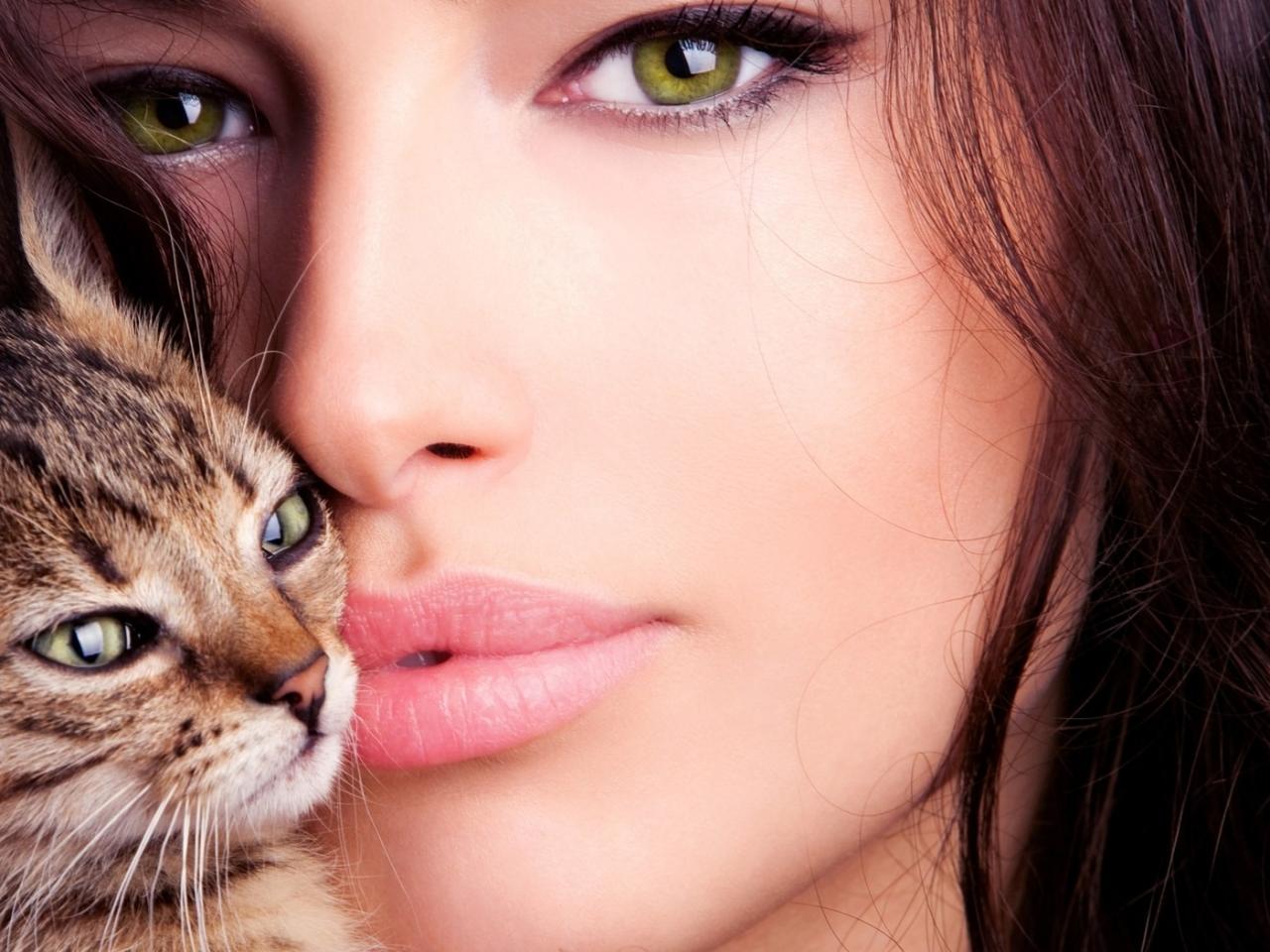 Una mujer bella y un gato - 1280x960