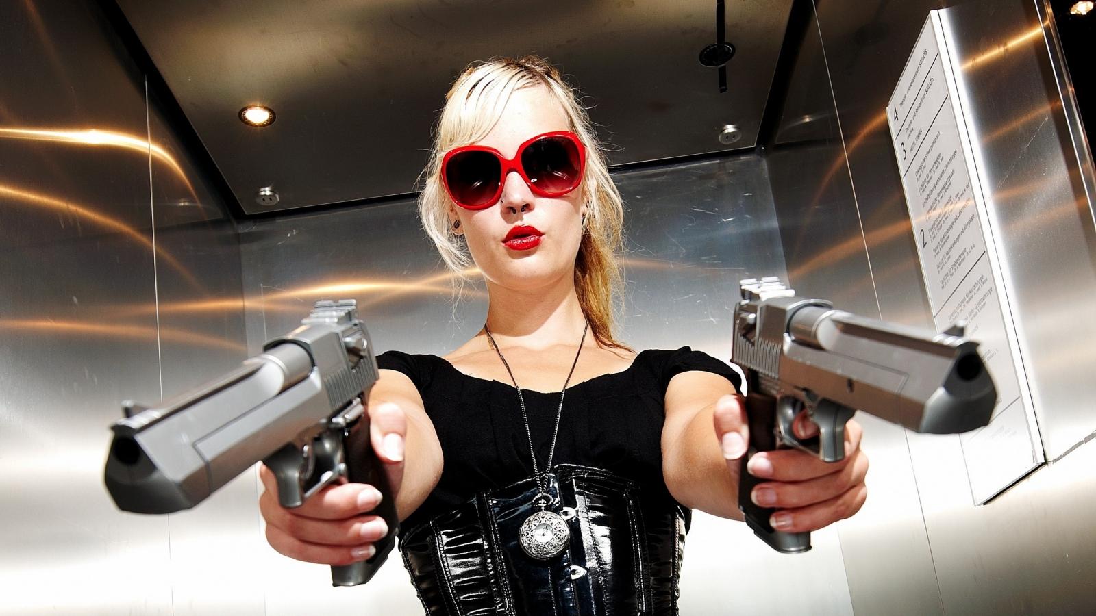 Una rubia con dos pistolas - 1600x900