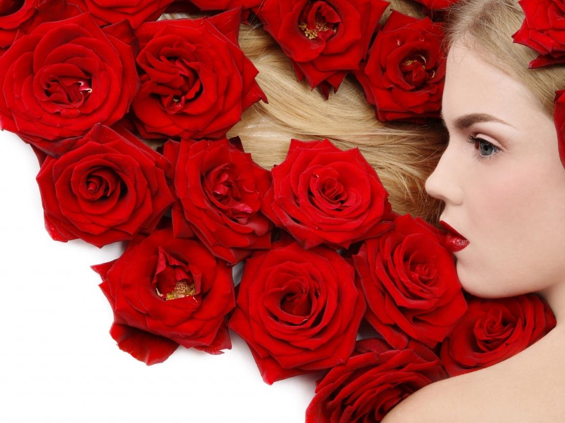 Una rubia y rosas rojas - 1152x864