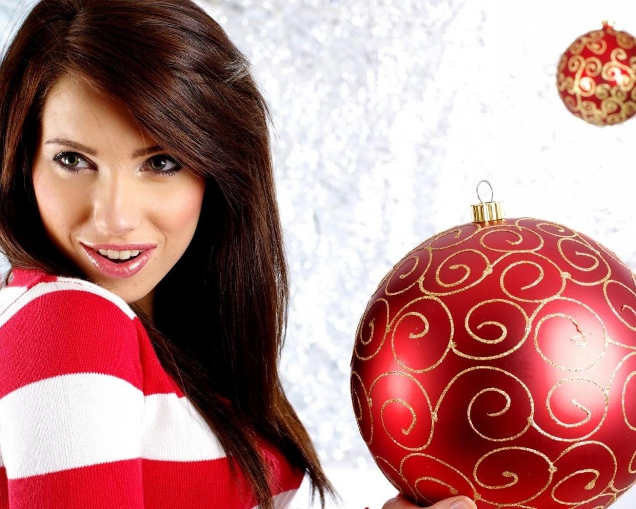Bella modelo con adornos de navidad - 1280x1024