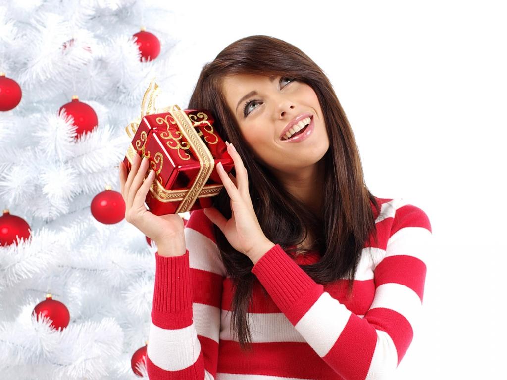 Bella mujer con regalo para navidad - 1024x768