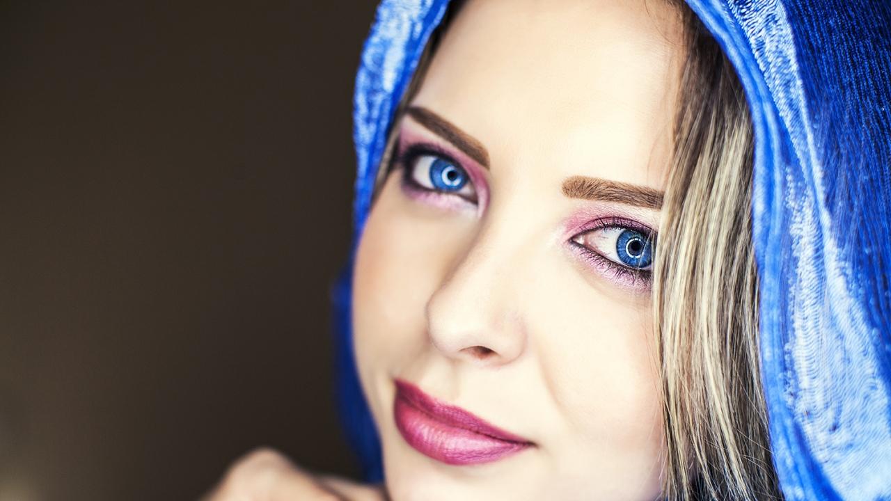 Bella mujer de ojos azules - 1280x720