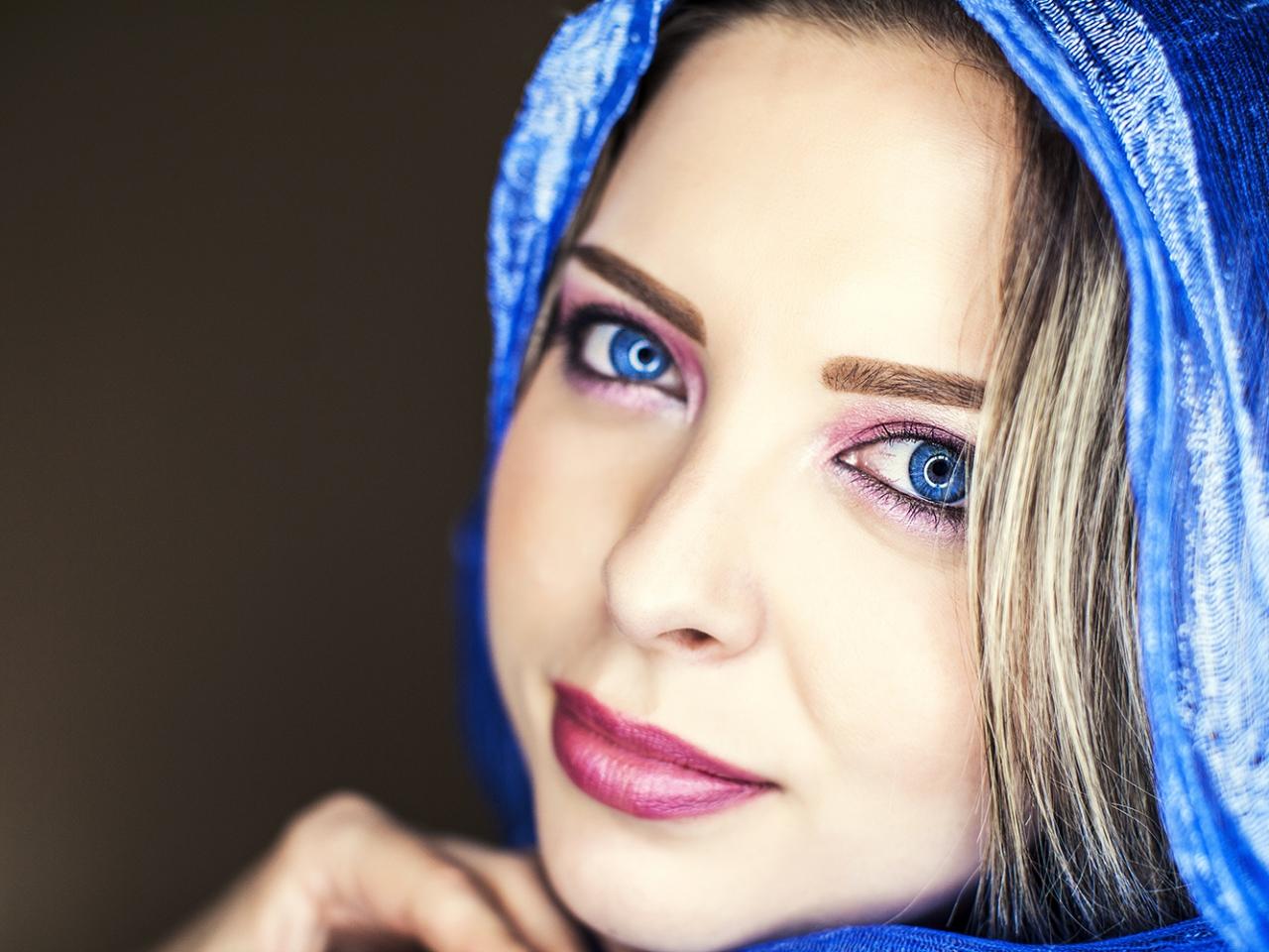Bella mujer de ojos azules - 1280x960