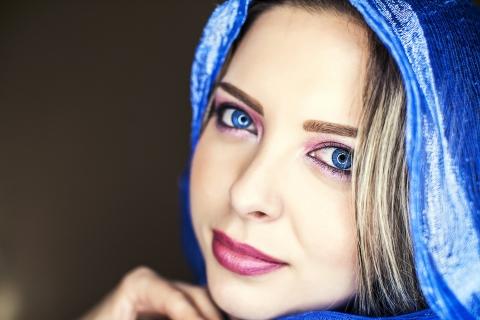 Bella mujer de ojos azules - 480x320