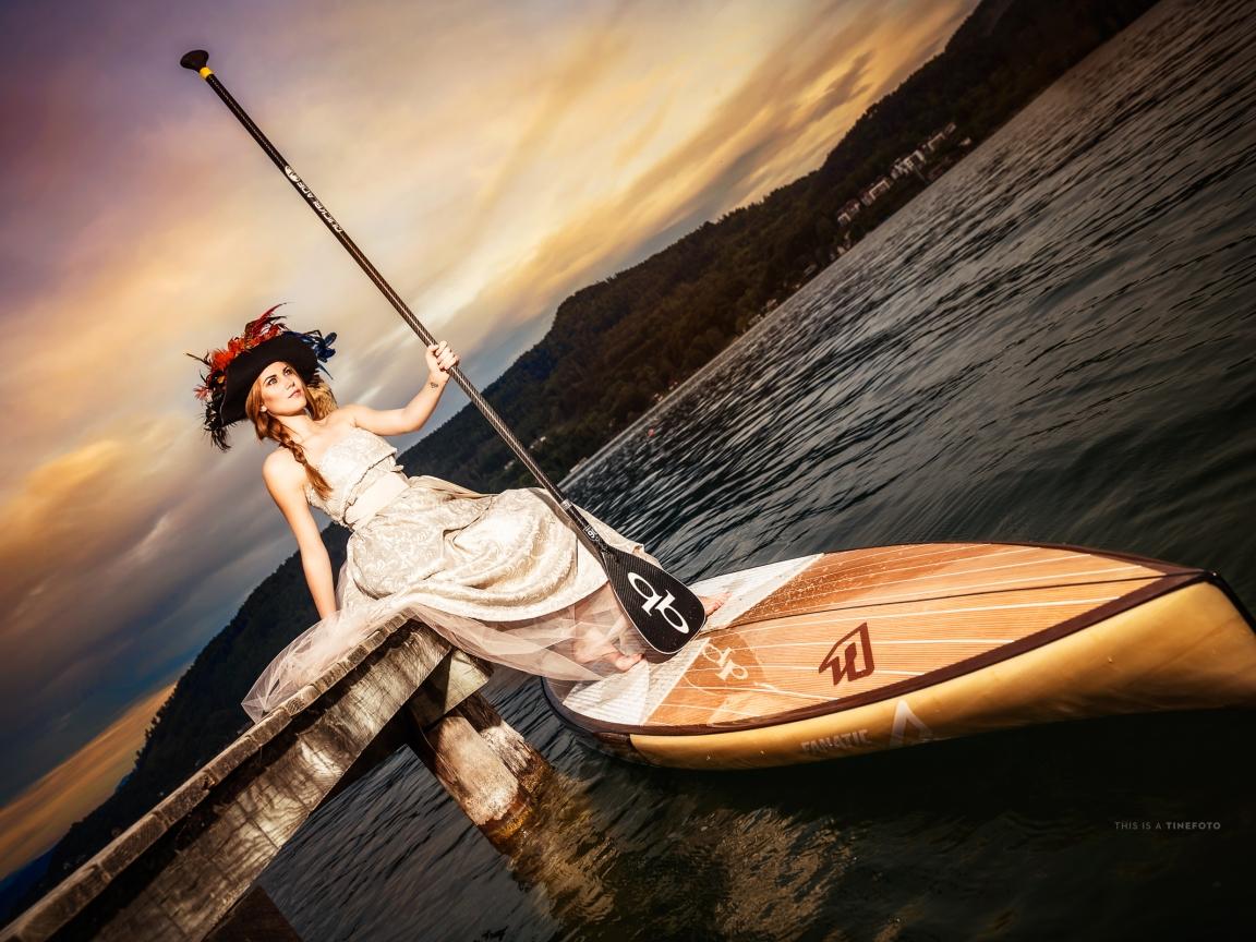 Bella mujer en una canoa - 1152x864