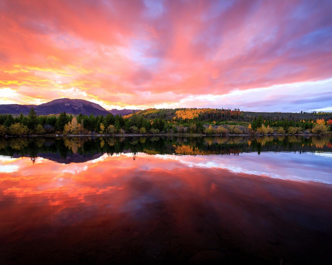 Bellos reflejos en un lago - 1280x1024