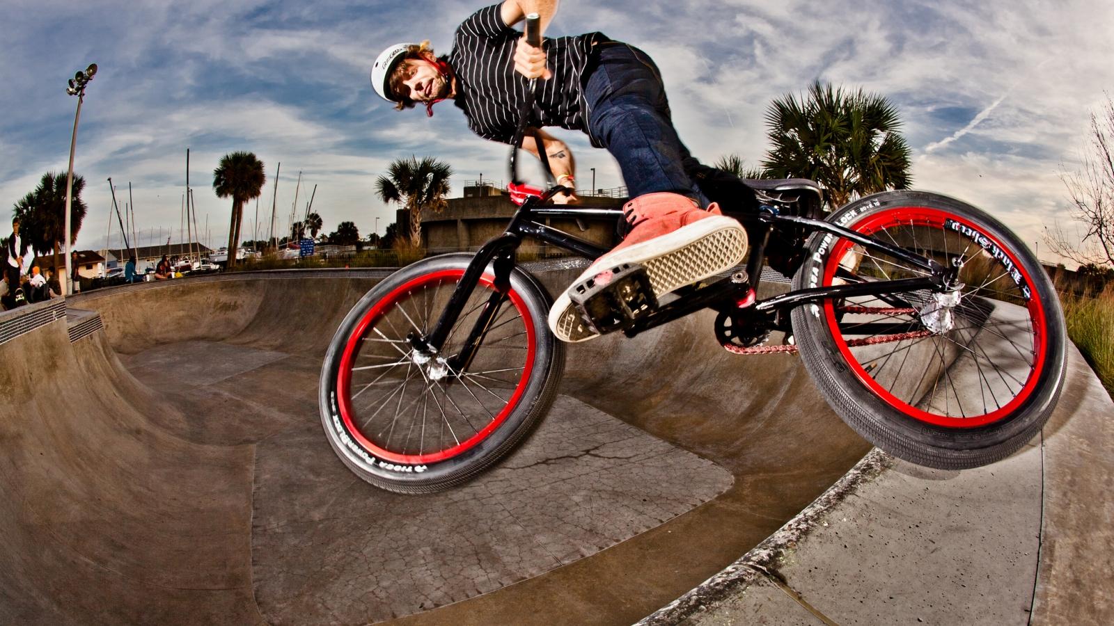 BMX en un Skatepark - 1600x900