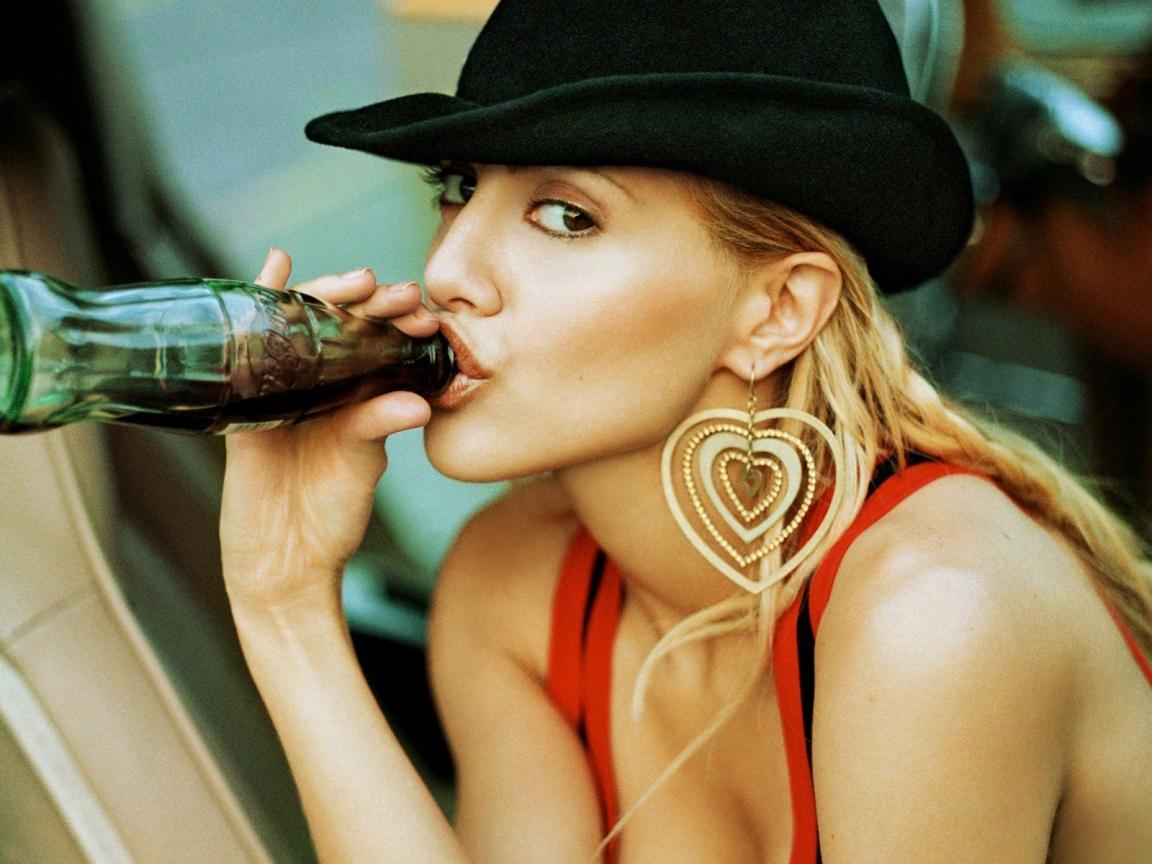 Brittany Murphy y coca cola - 1152x864
