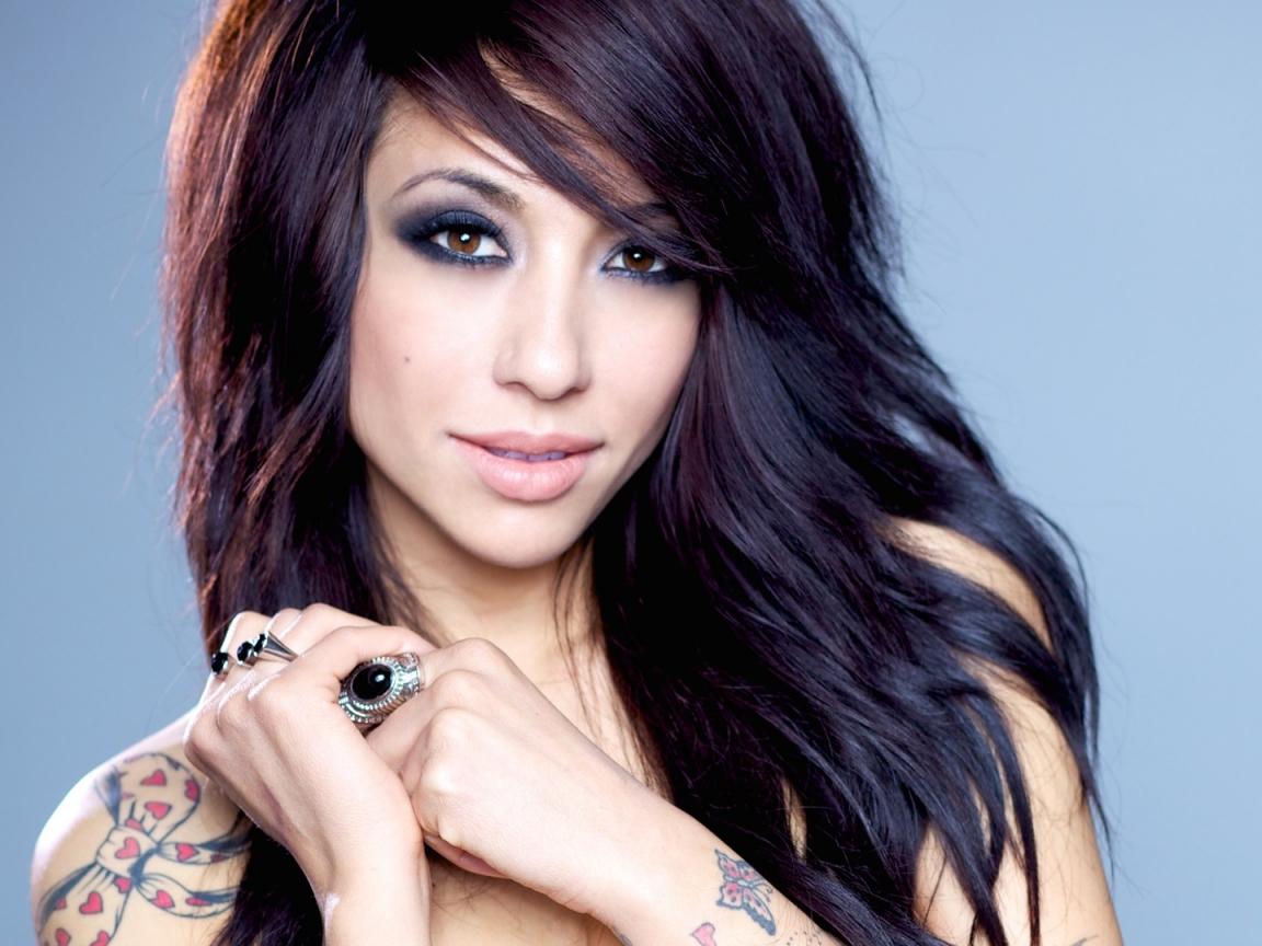 Chica asiática con tatuajes - 1152x864