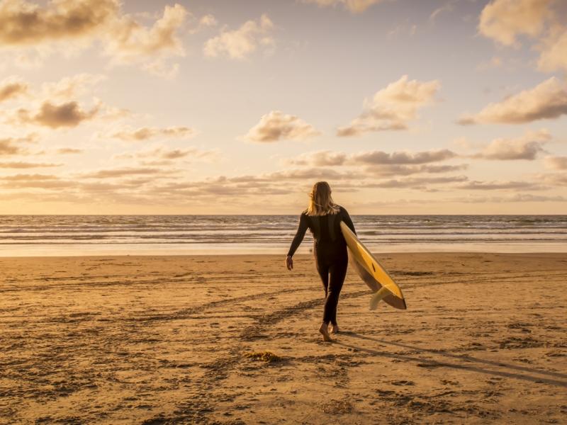 Chica Surf al atardecer - 800x600