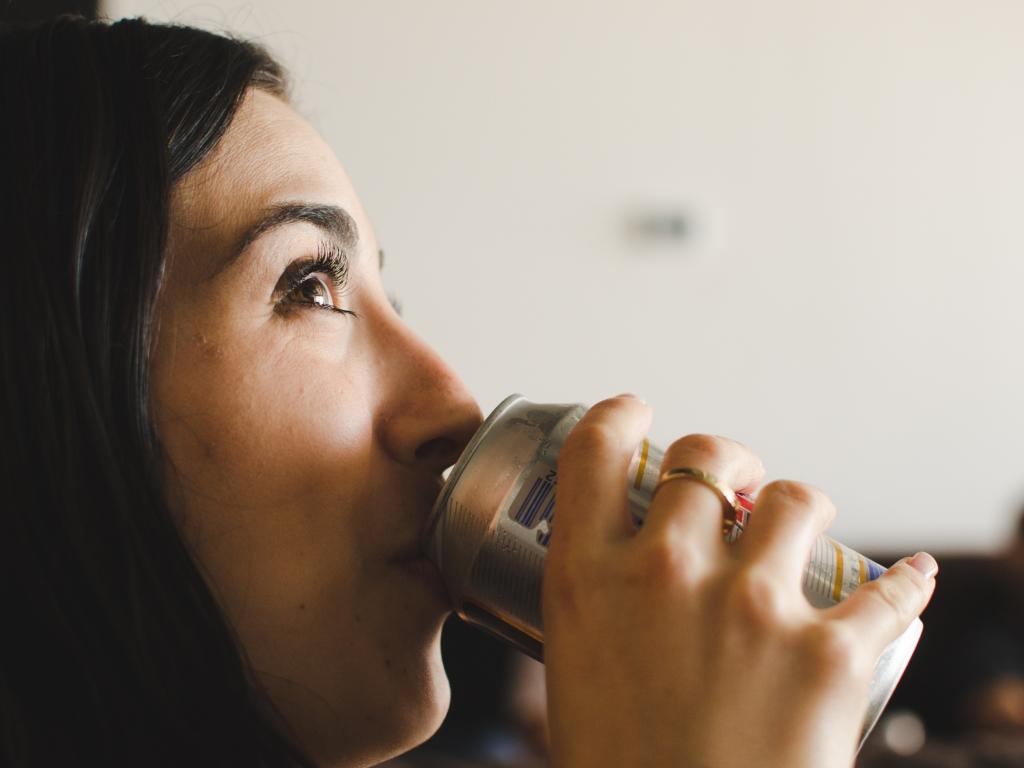 Chica tomando lata de cerveza - 1024x768