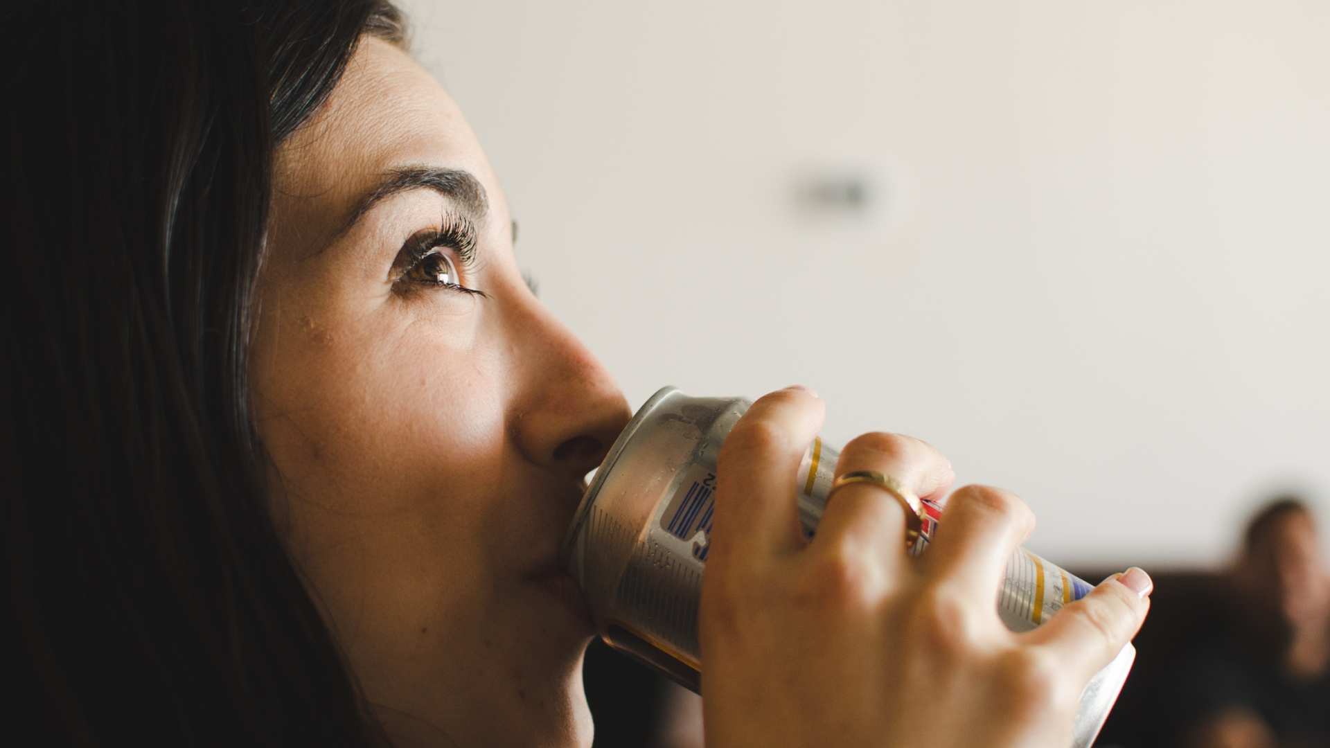 Chica tomando lata de cerveza - 1920x1080