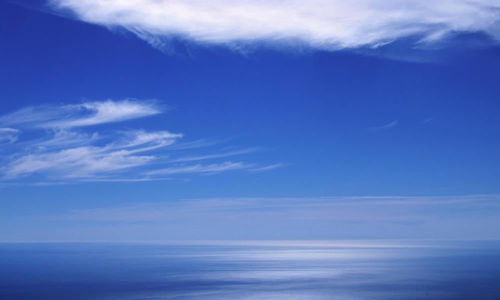 Cielo azul en el horizonte - 1000x600