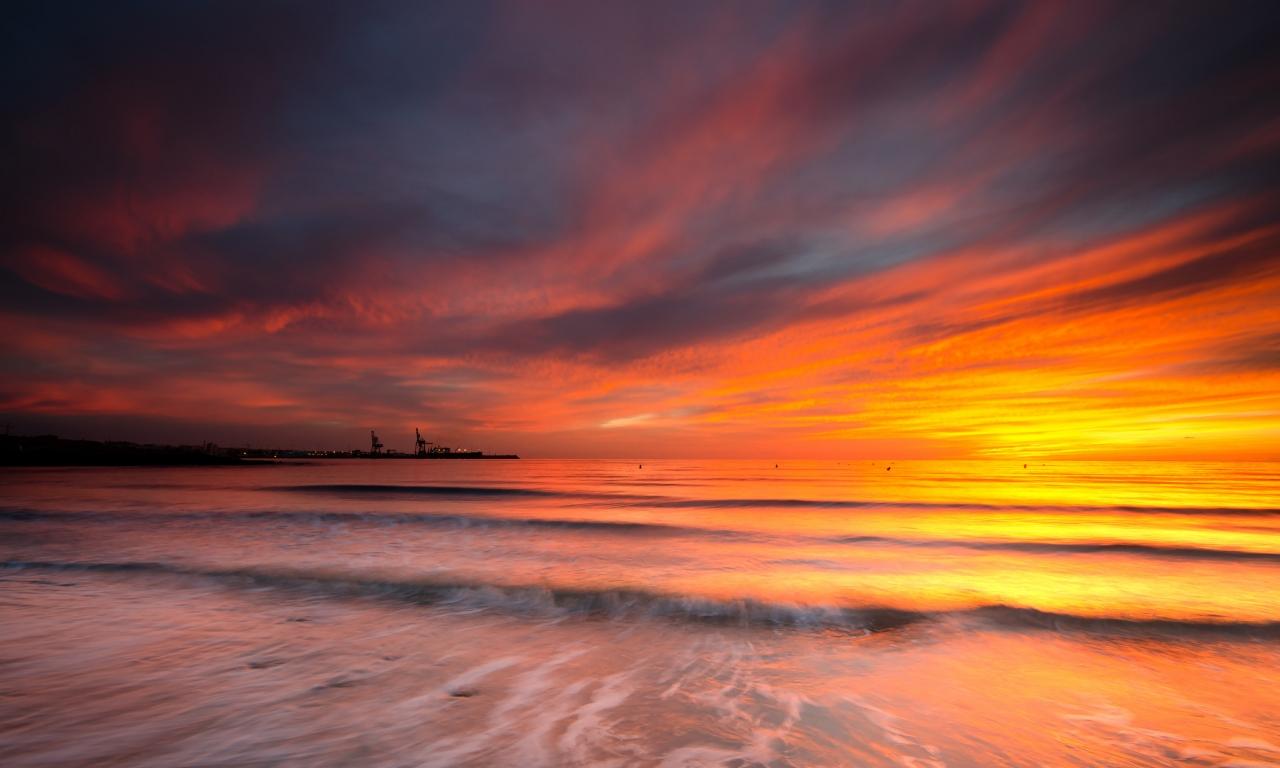Cielo naranja en el mar - 1280x768