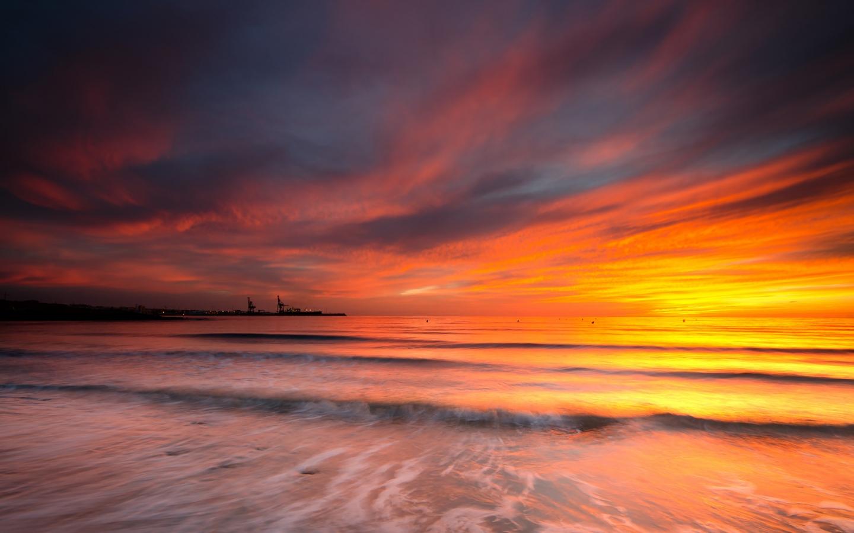Cielo naranja en el mar - 1440x900