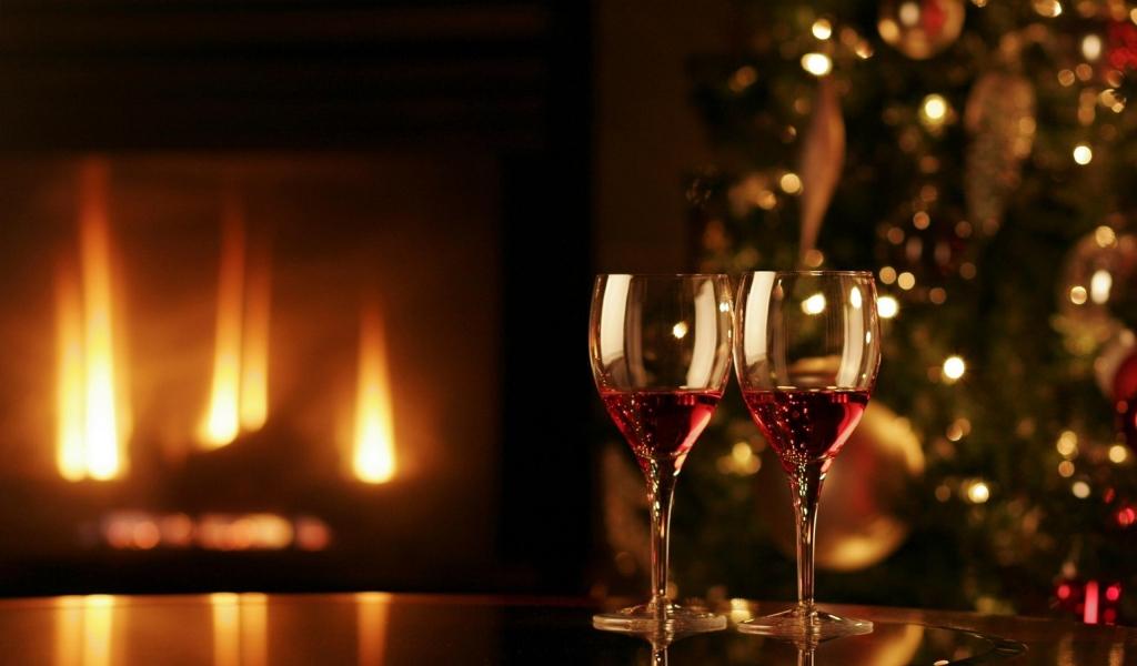 Dos copas con vino para navidad - 1024x600