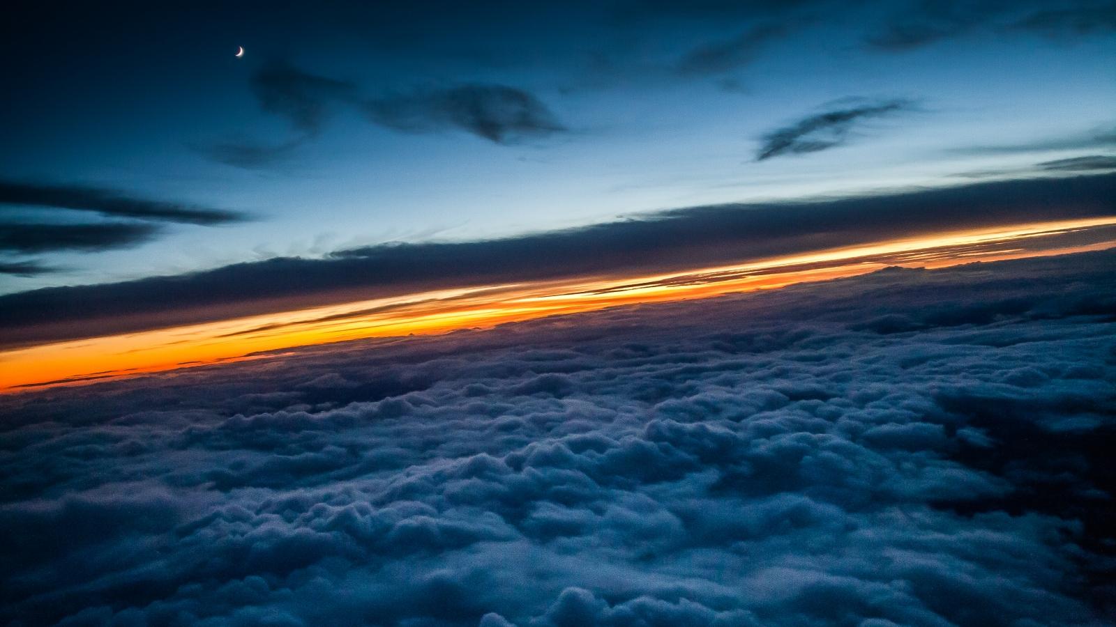 Encima de las nubes - 1600x900