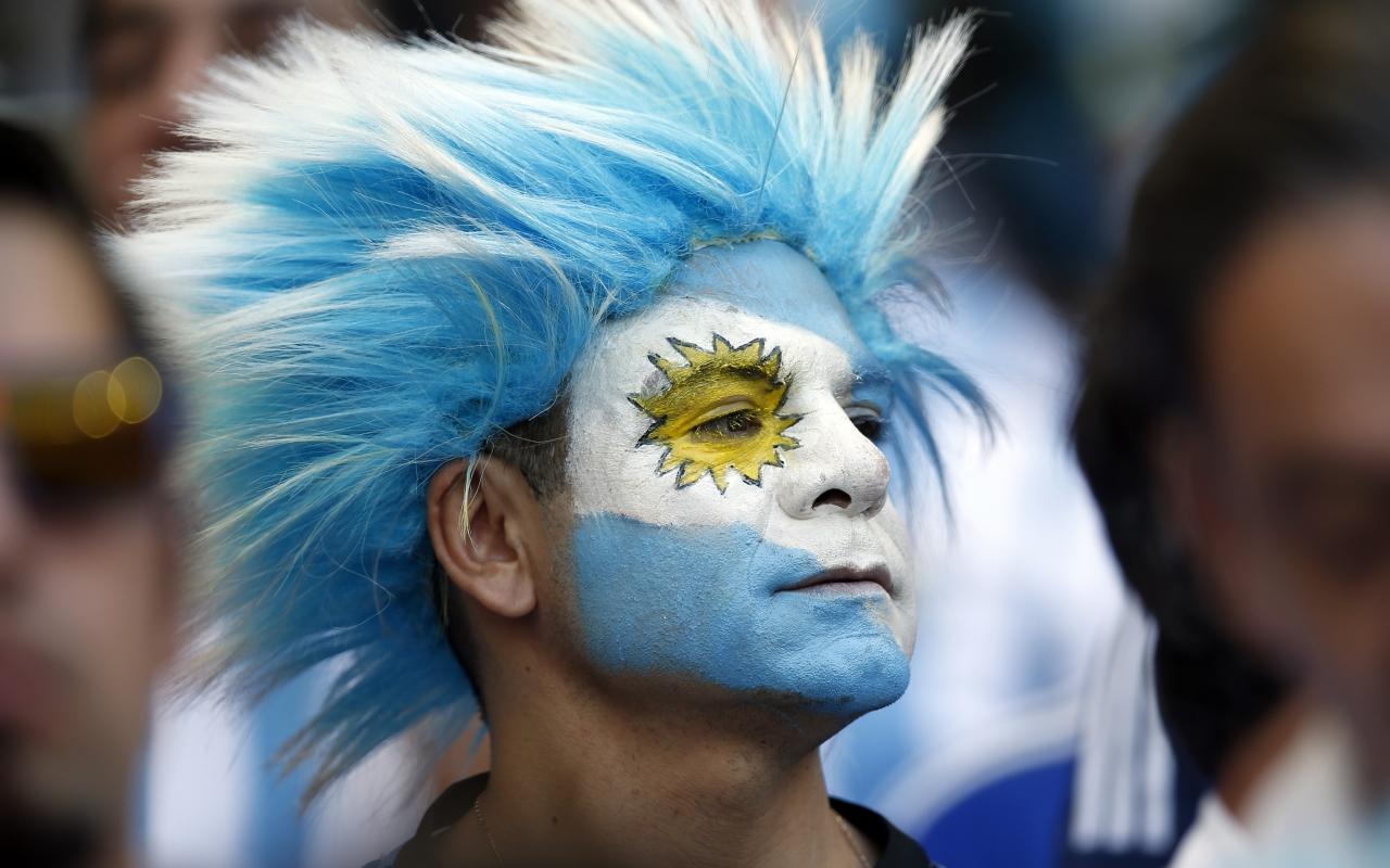 Hinchas Argentinos con cara pintada - 1280x800