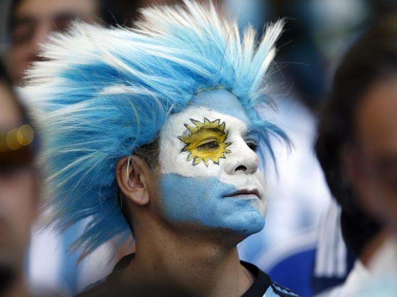 Hinchas Argentinos con cara pintada - 800x600