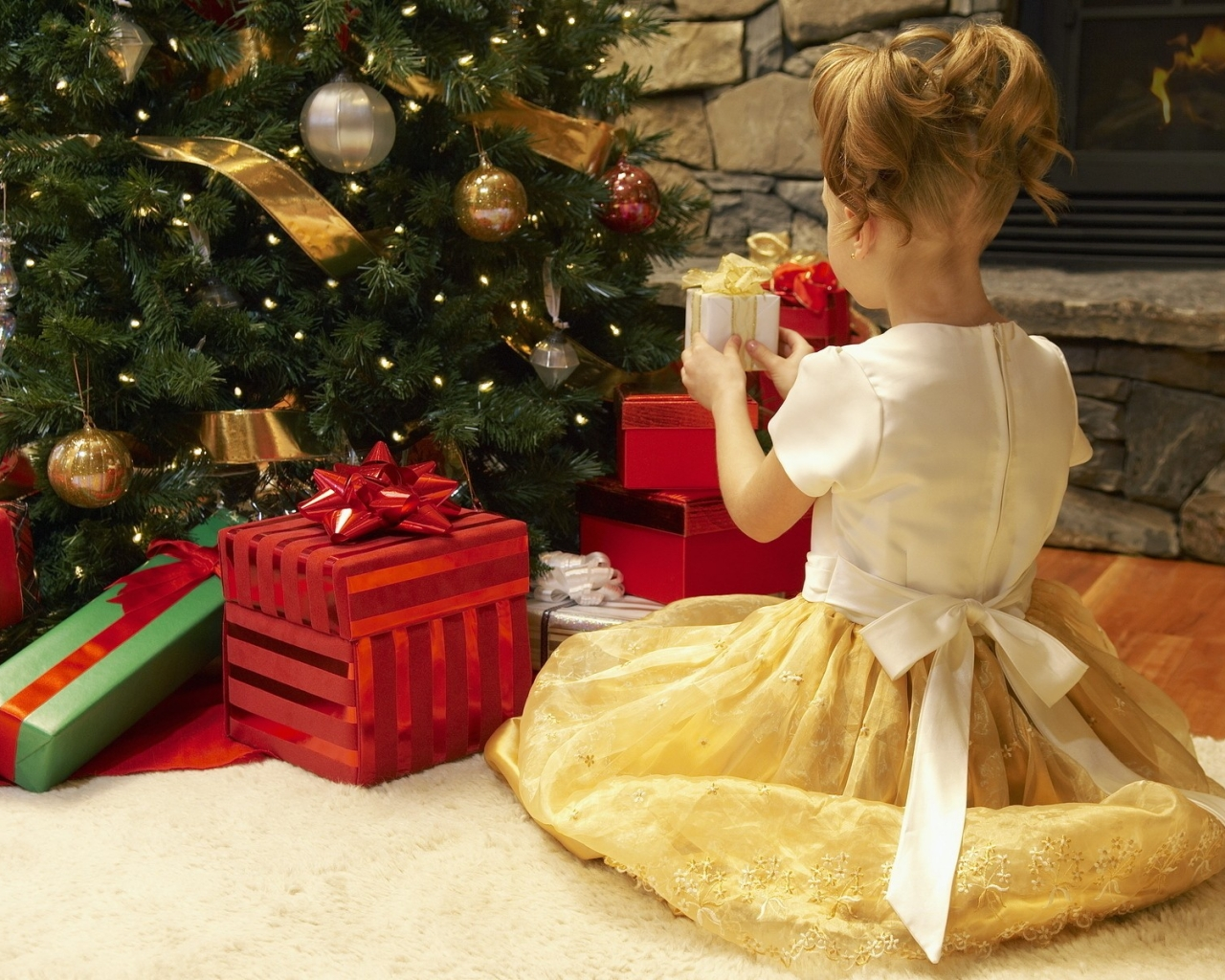 Niña arreglando el arbol de navidad - 1280x1024