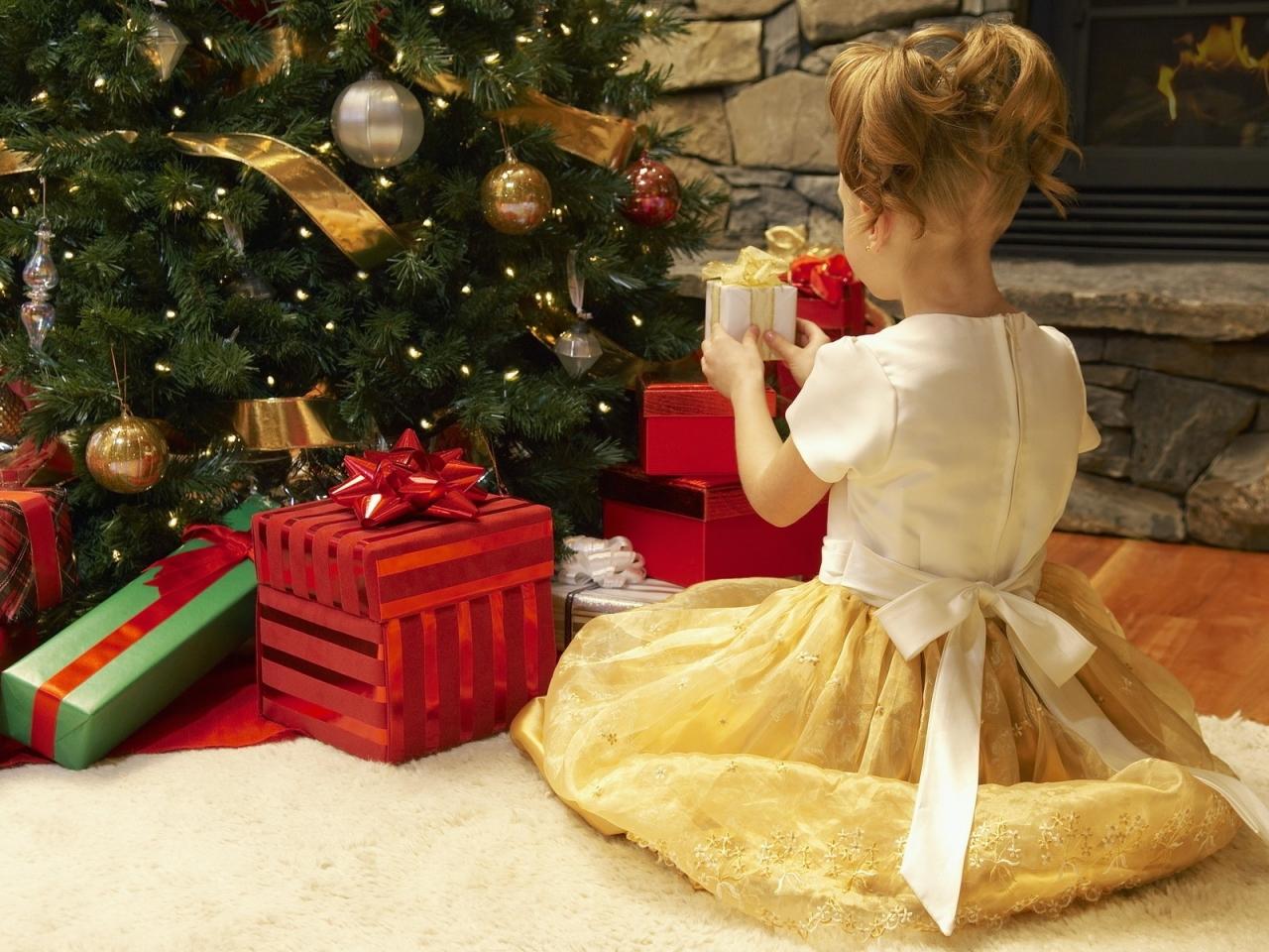 Niña arreglando el arbol de navidad - 1280x960