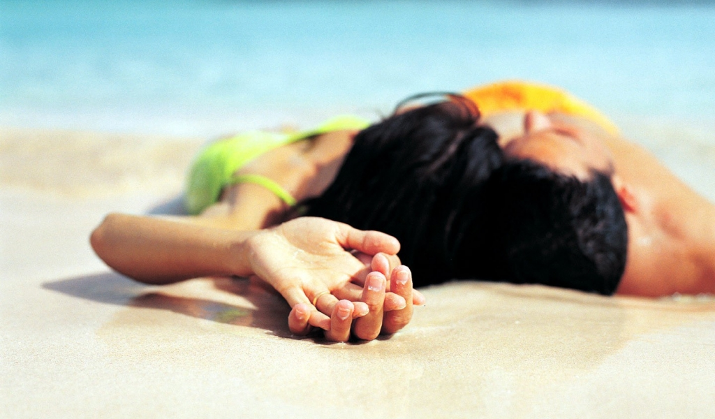 Parejas de enamorados en playa - 1024x600