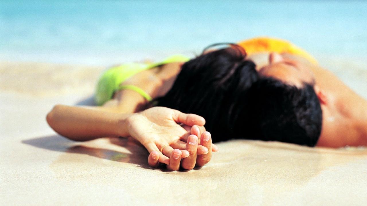 Parejas de enamorados en playa - 1280x720