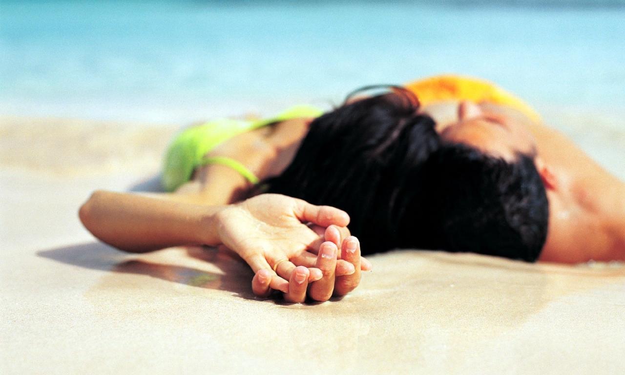 Parejas de enamorados en playa - 1280x768