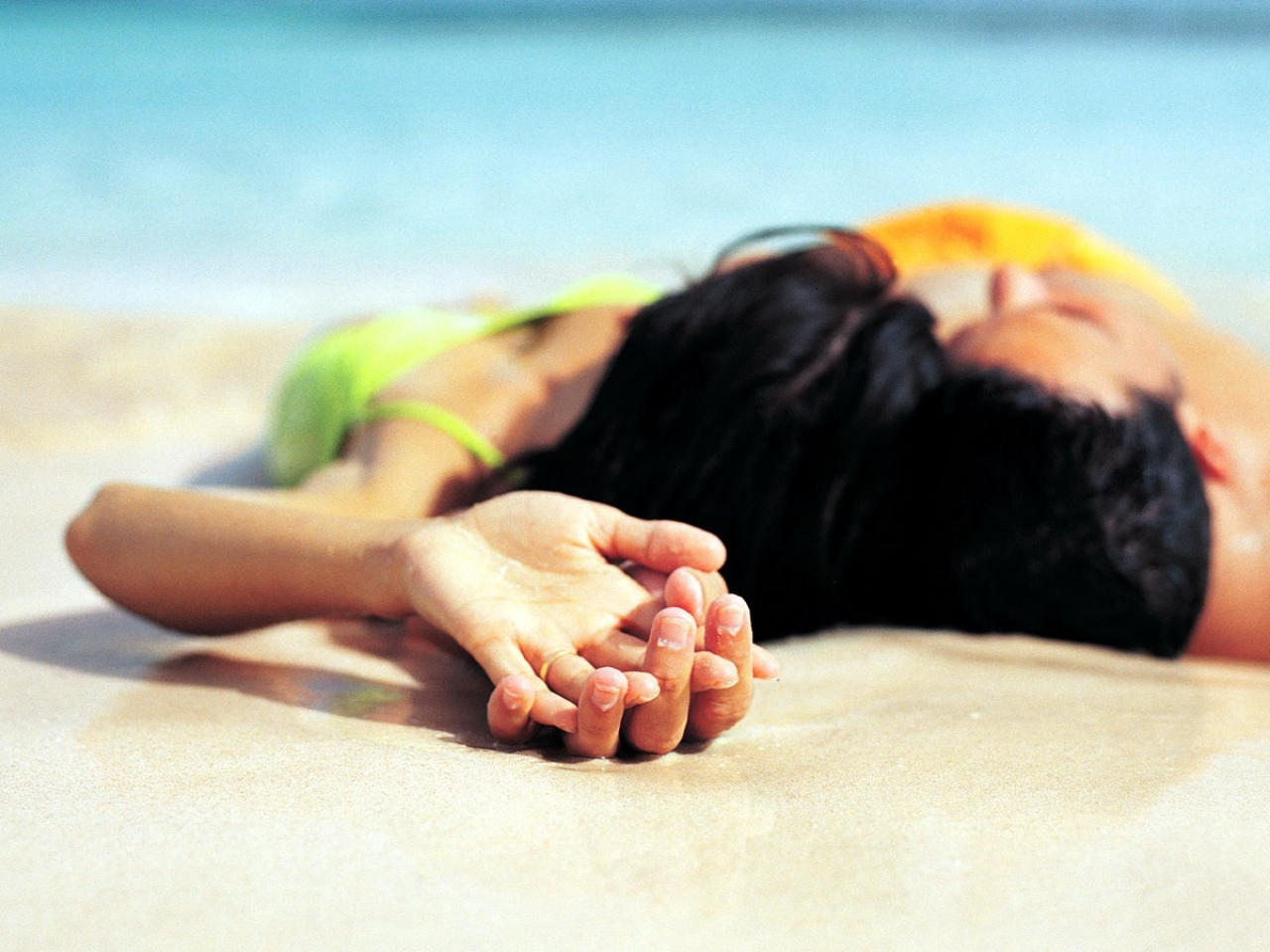 Parejas de enamorados en playa - 1280x960