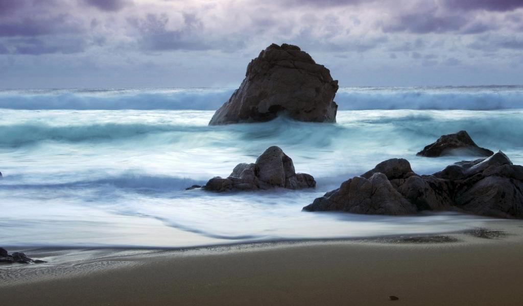 Playa con rocas gigantes - 1024x600