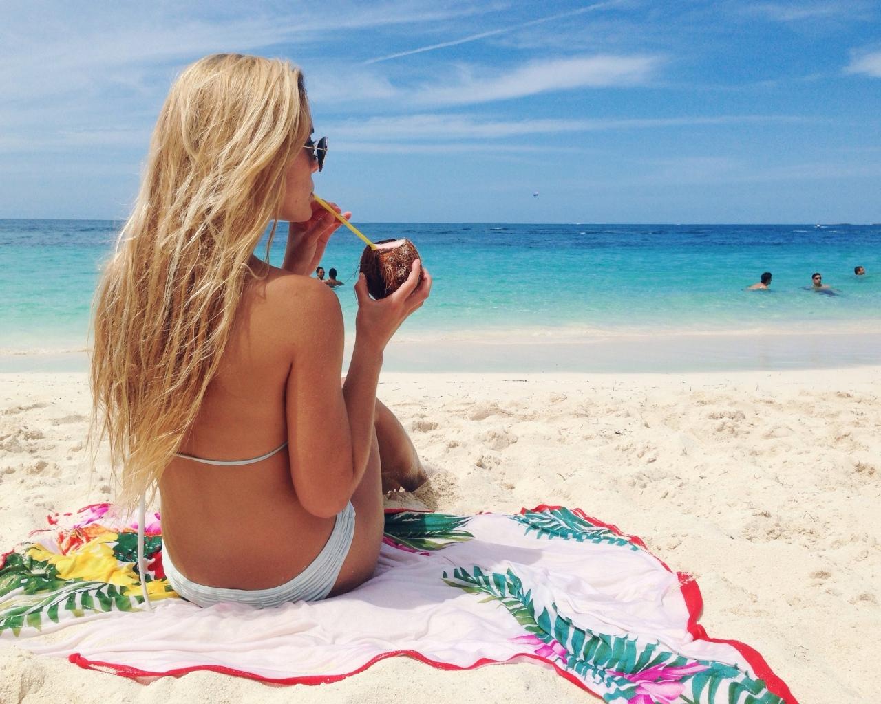 Rubia en bikini en Bahamas - 1280x1024