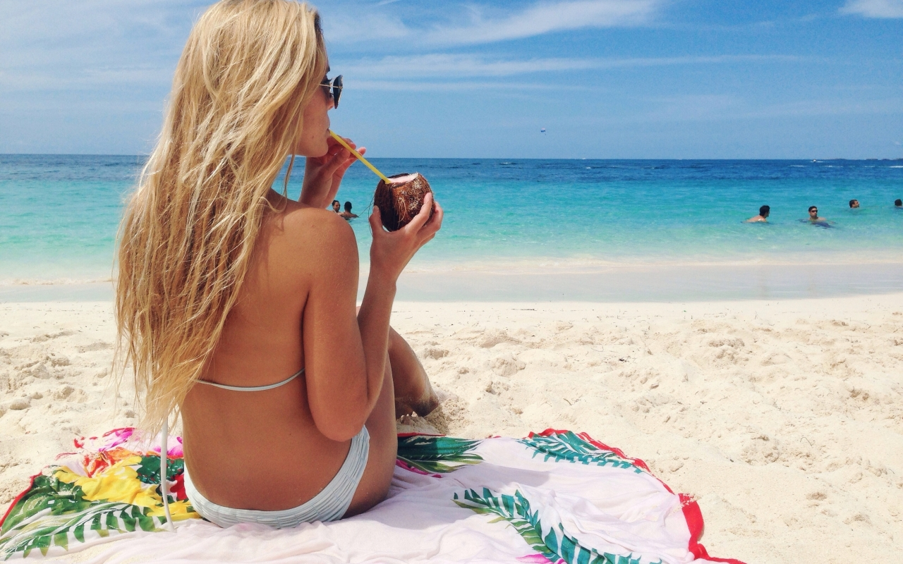 Rubia en bikini en Bahamas - 1280x800