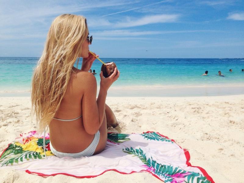 Rubia en bikini en Bahamas - 800x600