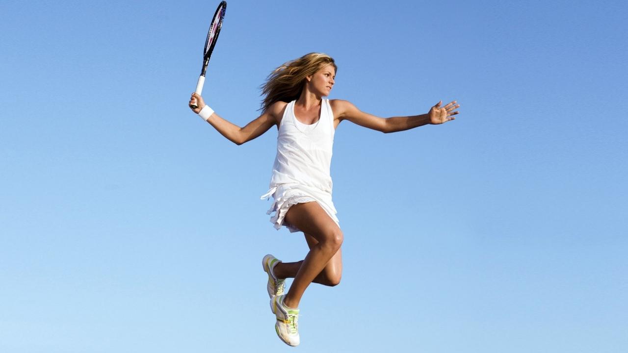 Salto de una bella tenista - 1280x720