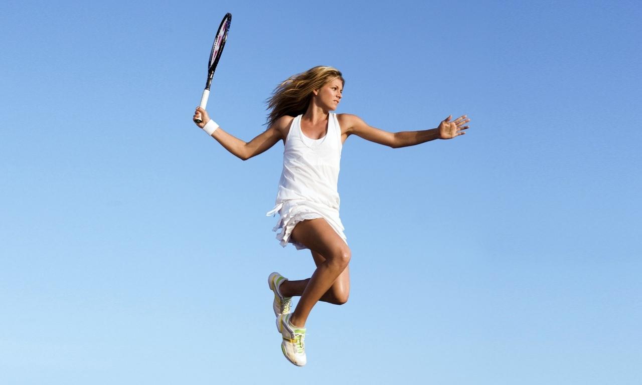 Salto de una bella tenista - 1280x768
