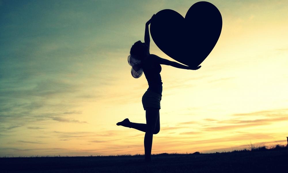 Silueta de una mujer y corazón - 1000x600