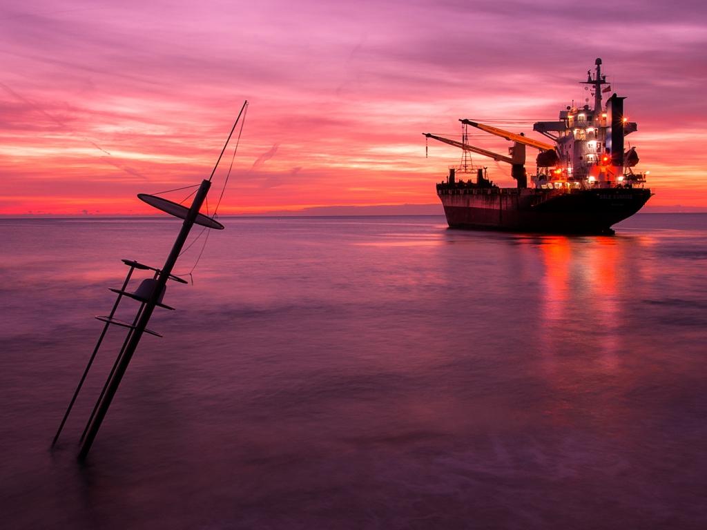 Un atardecer y un gran barco - 1024x768