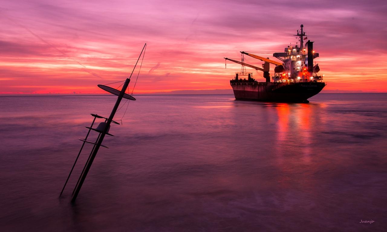 Un atardecer y un gran barco - 1280x768