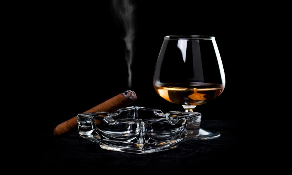 Una copa de Whisky y tabaco - 1000x600