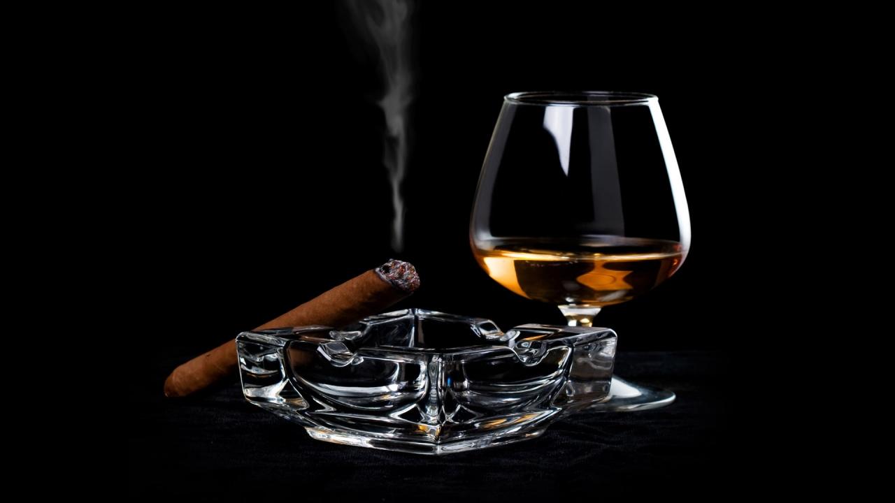 Una copa de Whisky y tabaco - 1280x720