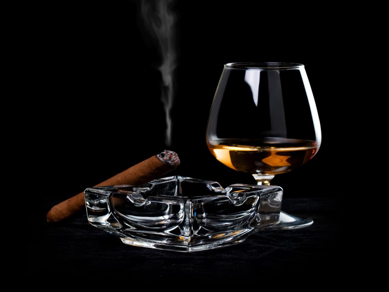 Una copa de Whisky y tabaco - 1280x960