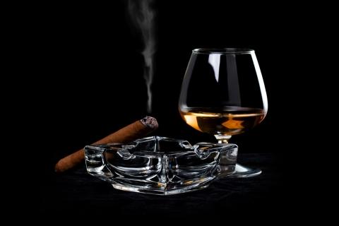 Una copa de Whisky y tabaco - 480x320