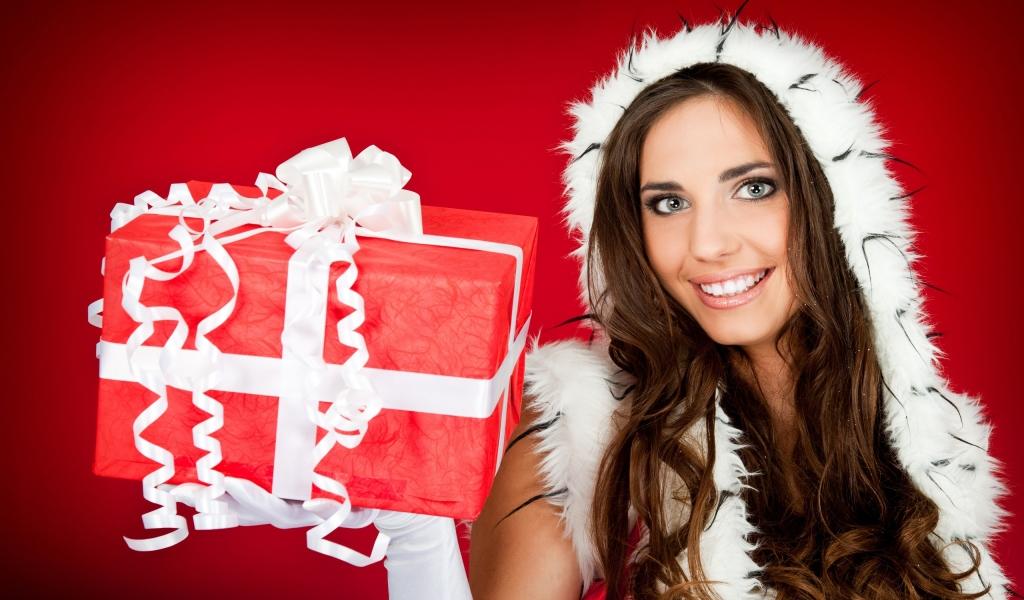 Una hermosa mujer con su regalo para navidad - 1024x600