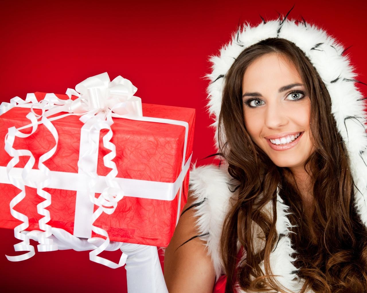 Una hermosa mujer con su regalo para navidad - 1280x1024