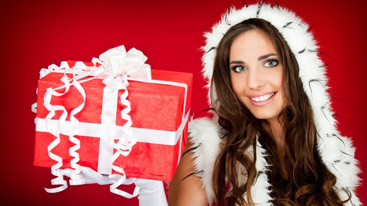 Una hermosa mujer con su regalo para navidad - 1280x720