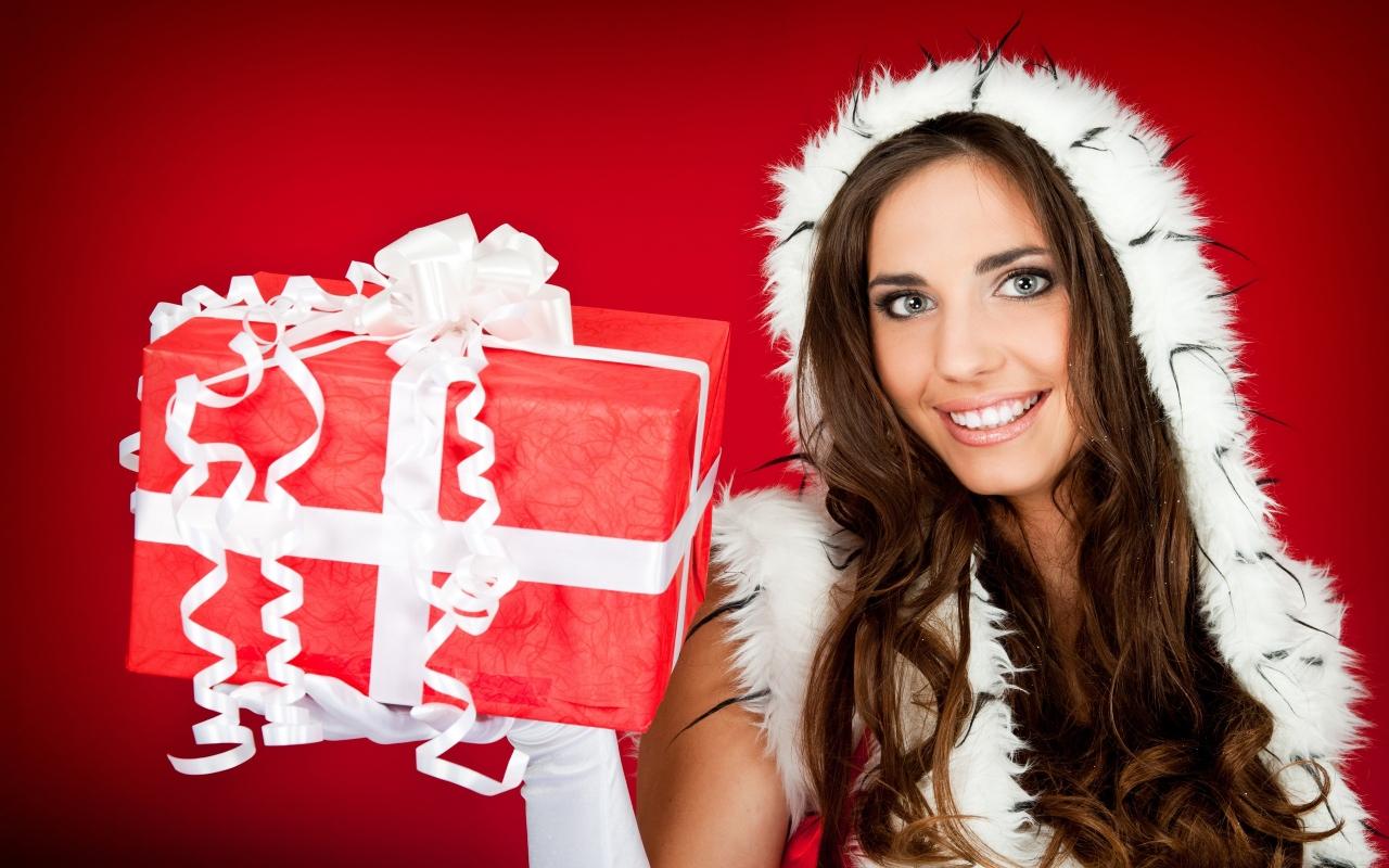 Una hermosa mujer con su regalo para navidad - 1280x800