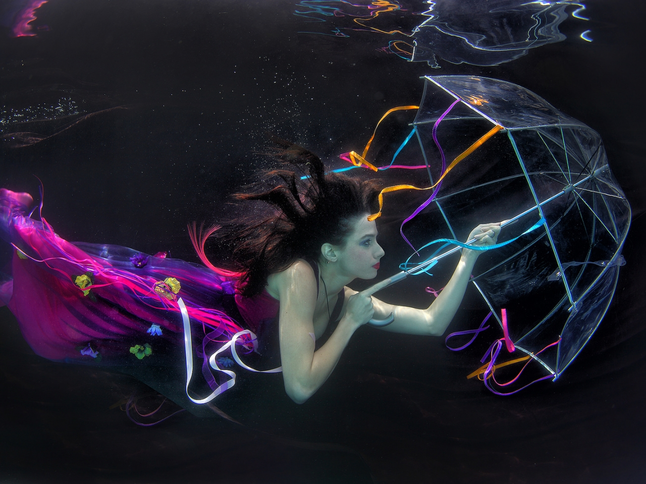 Una mujer bajo el agua - 1280x960