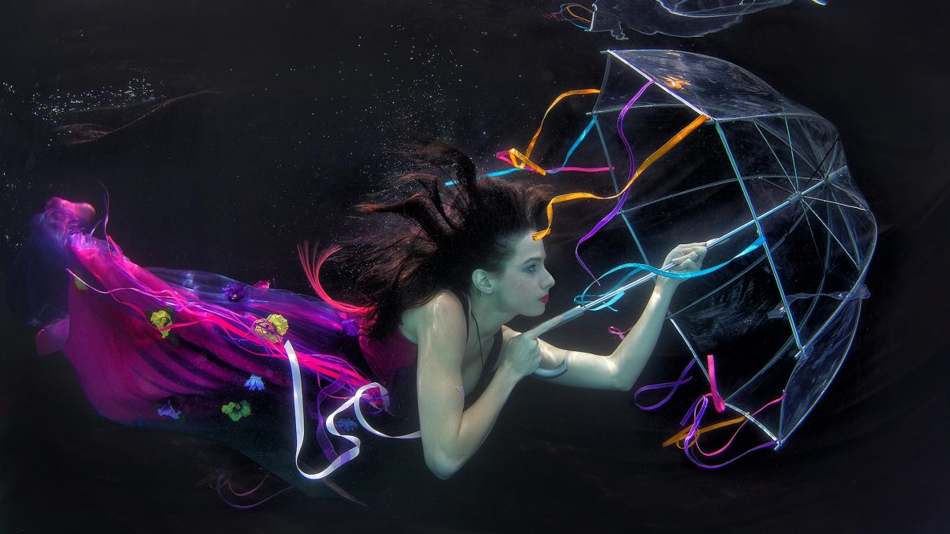 Una mujer bajo el agua - 1366x768